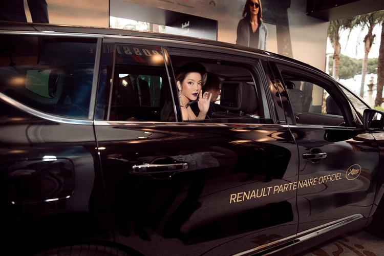 Lý Nhã Kỳ được đưa đón bằng xe sang Renault Espace 2018.