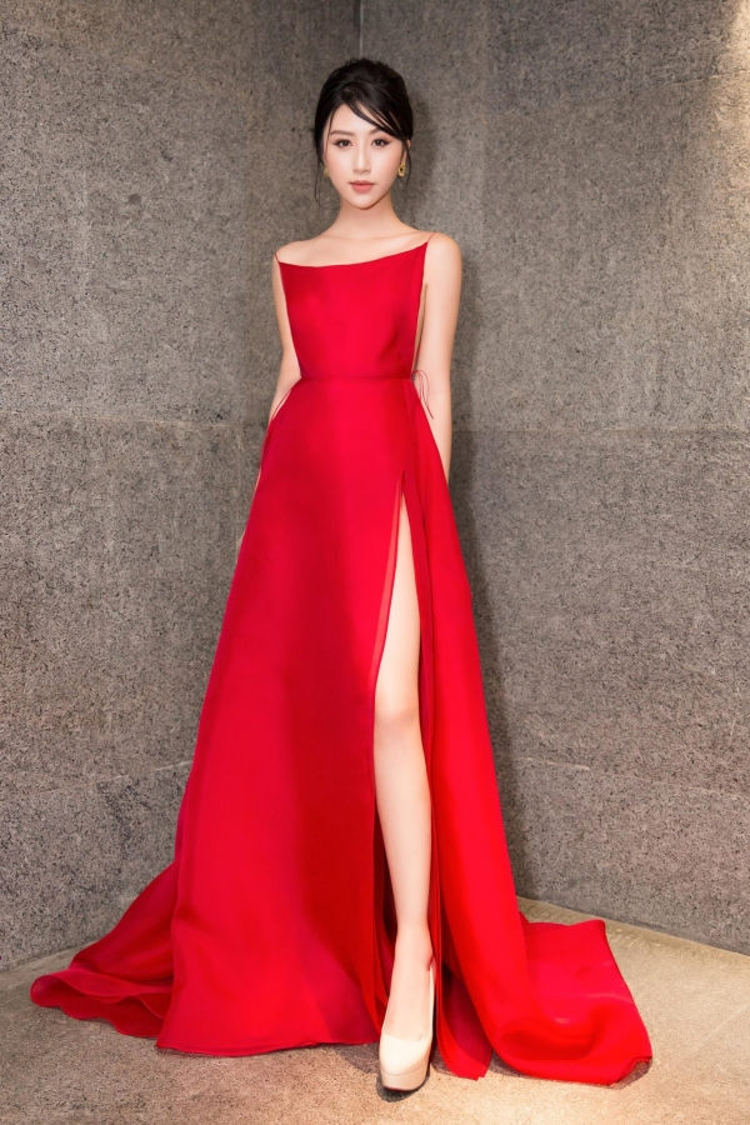 Quỳnh Anh Shyn cũng mặc chiếc đầm đỏ này tại một sự kiện diễn ra tại TP.HCM. Cô nàng cũng chọn đôi cao gót nude giống hệt Midu để ăn gian chiều cao.