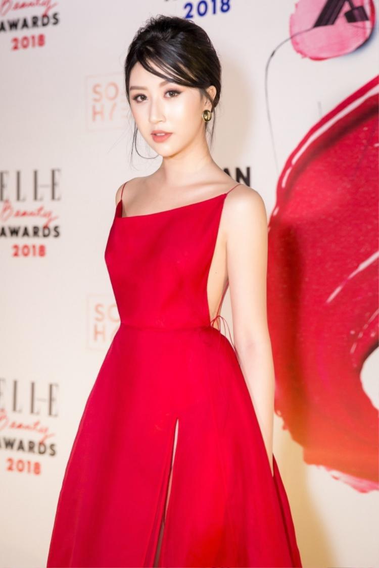 Hot girl Hà thành chọn kiểu tóc búi phồng với mái rẽ trẻ trung phù hợp độ tuổi.