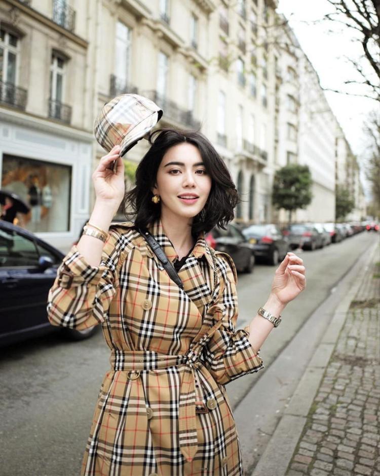 Những trang phục mà Mai Davika mặc luôn là những trào lưu mới nhất. Nếu lười đọc thông tin về các xu hướng thời trang thì chỉ cần lướt sơ trangInstagram của cô là có hàng tá thứ hay ho để học hỏi, cập nhật các xu hướng thời trang mới nhất cho các bạn trẻ.