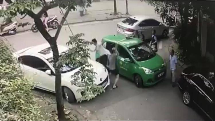 Hình ảnh người đàn ông cầm tấn công nam tài xế taxi sau khi người này có những lời lẽ không đúng mực.