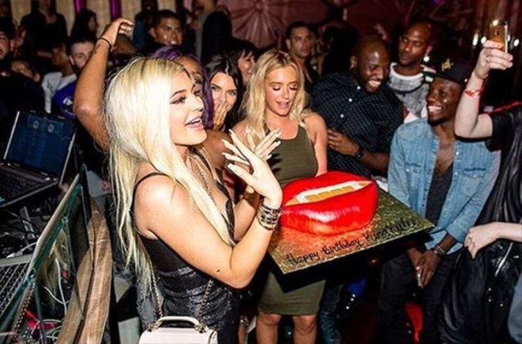 Em út Kylie Jenner cũng có tuổi 18 hoành tráng bên bạn bè khi nhận được chiếc bánh quyến rũ hình đôi môi được mô phỏng theo chính phiên bản gốc là cô nàng.