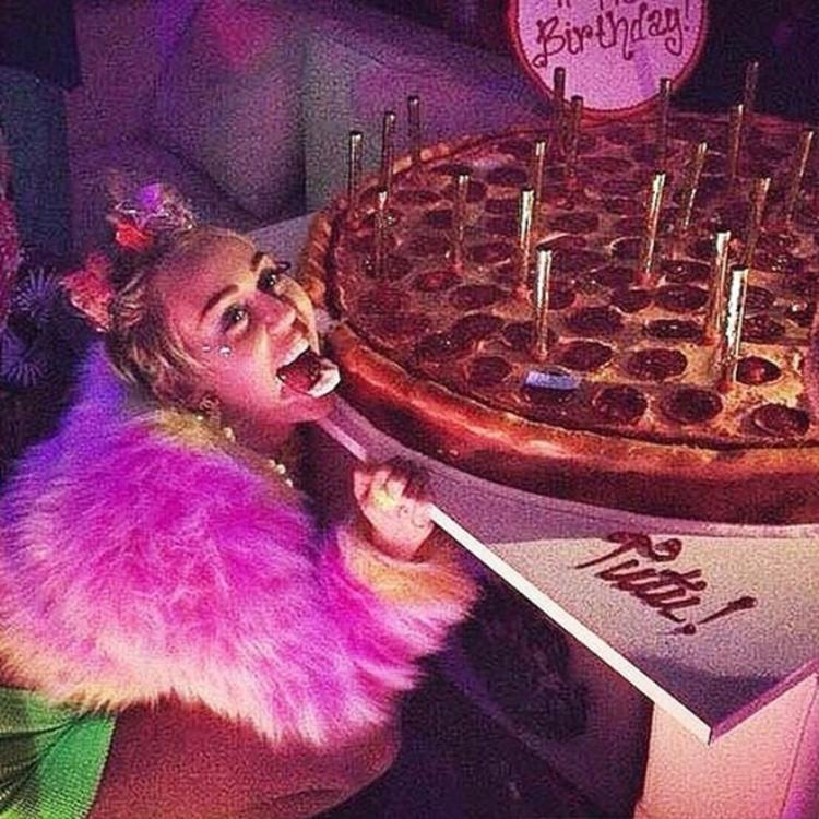 Cô nàng nổi loạn Miley Cyrus tạo dáng vui vẻ bên chiếc bánh sinh nhật khổng lồ tại một hộp đêm nhân sinh nhật lần thứ 22.