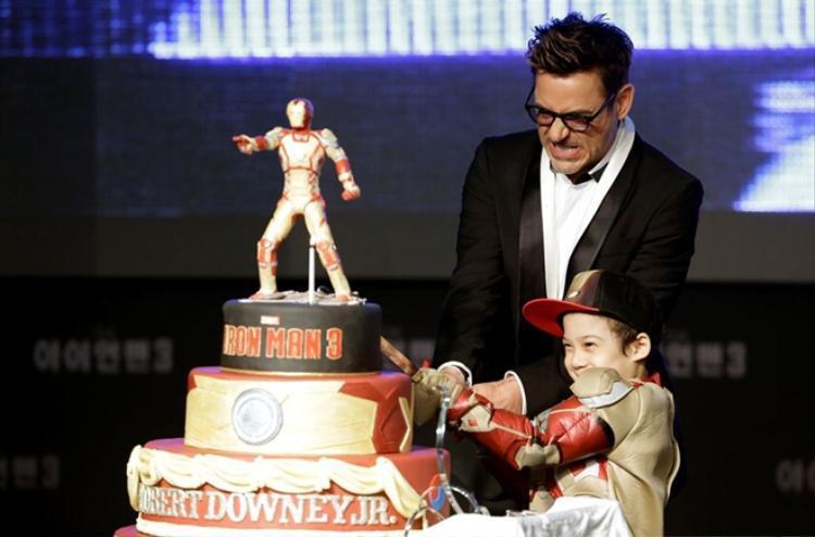 Robert Downey Jr. cắt chiếc bánh sinh nhật độc đáo với hình tượng Iron Man nhân buổi ra mắt phim và mừng anh bước sang tuổi 48.