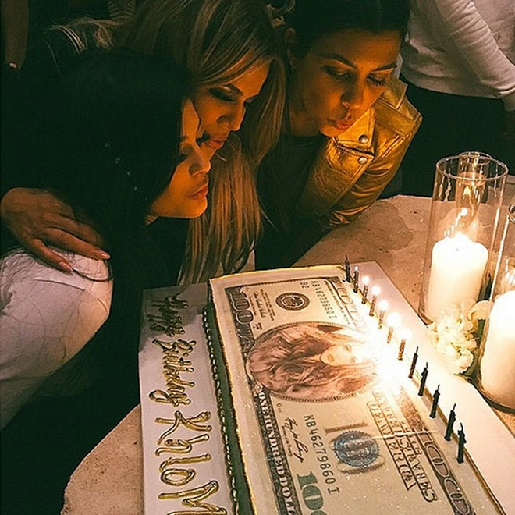 Sinh nhật lần thứ 31 của Khloe Kardashian đáng nhớ hơn cùng chiếc bánh sinh nhật với hình ảnh tờ 100 đô la trên bề mặt.