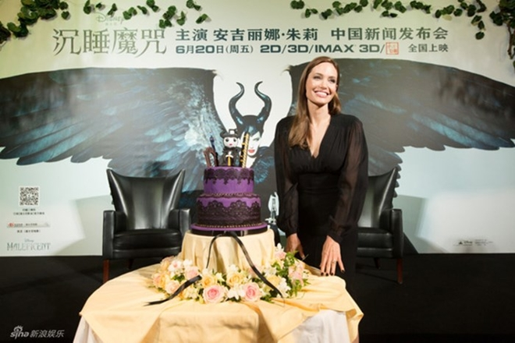 Trong buổi họp báo tại Thượng Hải, nữ diễn viên Angelina Jolie được người hâm mộ tặng chiếc bánh có hình nhân vậtMaleficent rất đáng yêu khiến cô rạng rỡ hạnh phúc.