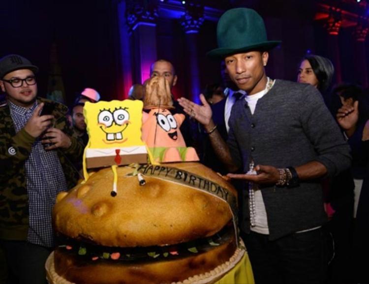 Pharrell Williams bên bánh sinh nhật tạo hình chiếc hambuger khổng lồ và hai nhân vật hoạt hình nổi tiếng mừng tuổi 41.