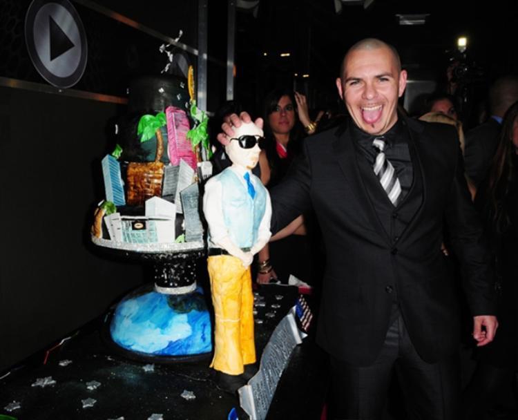 Pitbull bên chiếc bánh sinh nhật độc đáo được mô phỏng theo hình dáng cùng cuộc sống thượng hạng của anh.