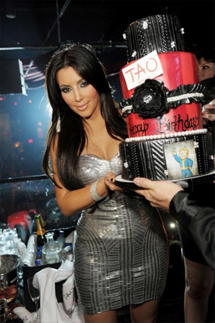 """Vốn nổi tiếng là ngôi sao thu nhập """"khủng"""" của Hollywood và tiêu tiền như """"ném qua cửa sổ"""" nhưng cô Kim vẫn khiến người hâm mộ ngỡ ngàng khi chi hẳn 1 triệu đô la (hơn 20 tỷ VND) để mua chiếc bánh nạm kim cương mừng tuổi mới."""