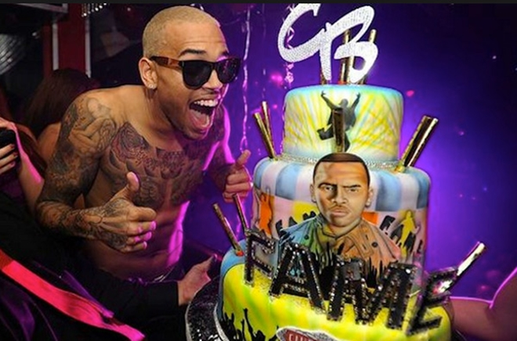 Nam ca sĩ cool ngầu Chris Brown cũng có lúc phấn khích như đứa trẻ khi nhận chiếc bánh sinh nhật đáng yêu có gương mặt mình trên đó.
