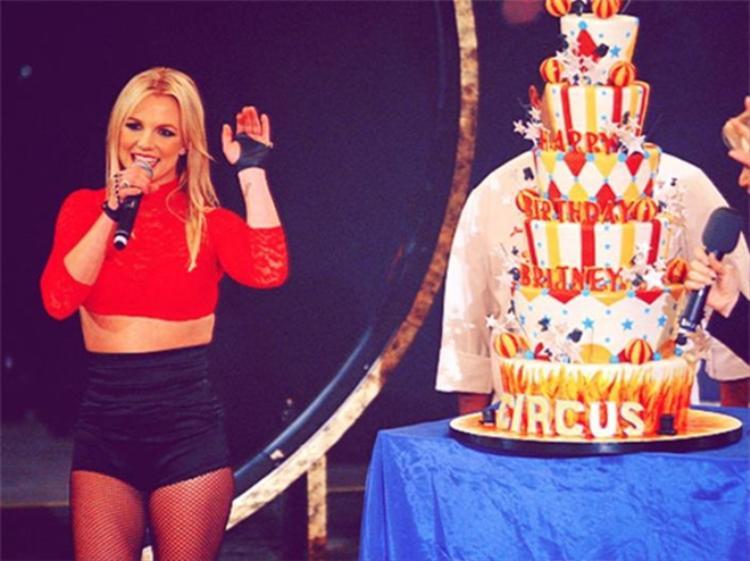"""Britney Spears được bếp trưởng Buddy Valastro đích thân làm tặng món quà nhân sinh nhật 27 tuổi lấy ý tưởng từ """"đứa con tinh thần"""" của cô - album Circus."""