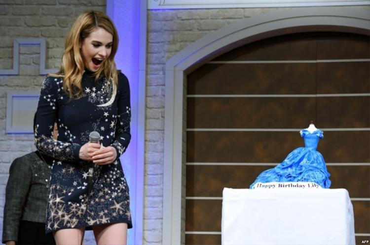 Lily James được người hâm mộ gửi tặng chiếc bánh sinh nhật hình chiếc váy cô mặc khi đóng Cinderella ngaytrong quá trình đi quảng bá bộ phim.