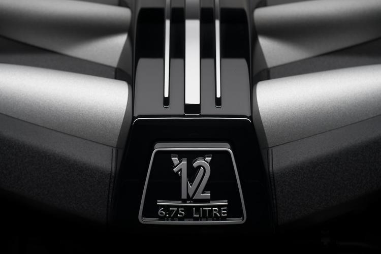 Xe vận hành nhờ động cơ tăng áp kép V12 6,75L cho công suốt 563 mã lực.