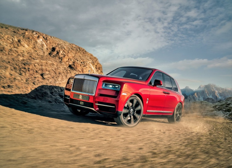 """Rolls-Royce chưa công bố khoảng thời gian chiếc SUV của mình cần để tăng tốc từ 0 km/h đến 100 km/h tuy nhiên khẳng định nó có tốc độ tối đa khoảng 250 km/h. Để đảm bảo Cullinan như """"một tấm thảm bay"""", xe được trang bị hệ thống treo khí tự cân bằng."""