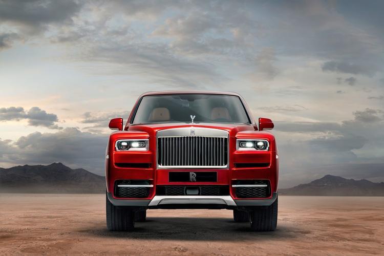 Chiếc Cullinan có một điểm nhấn không lẫn vào đâu được của Rolls-Royce nằm ở phần lưới thản nhiệt xếp dọc.
