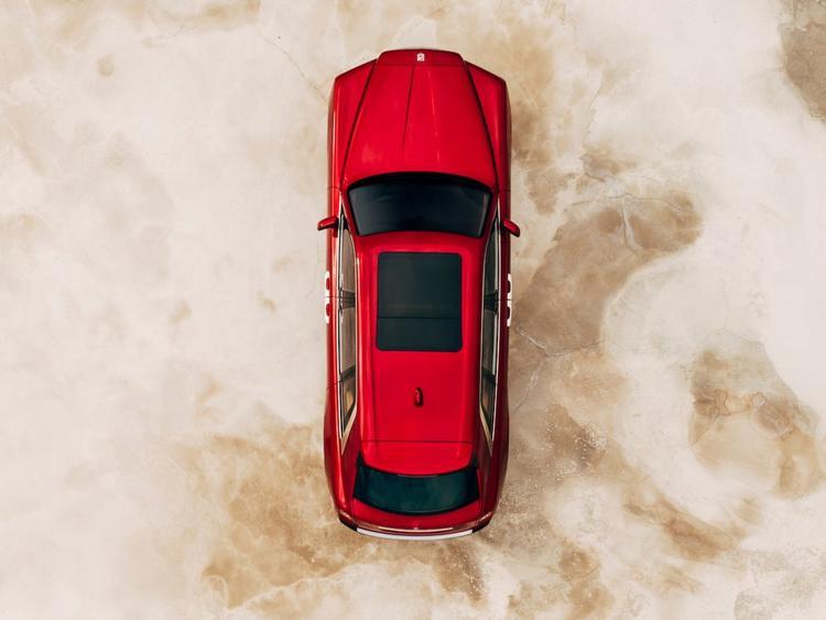 Nhìn từ phía trên, chiếc Cullinan trông giống như mọi chiếc SUV khác cho đến khi…