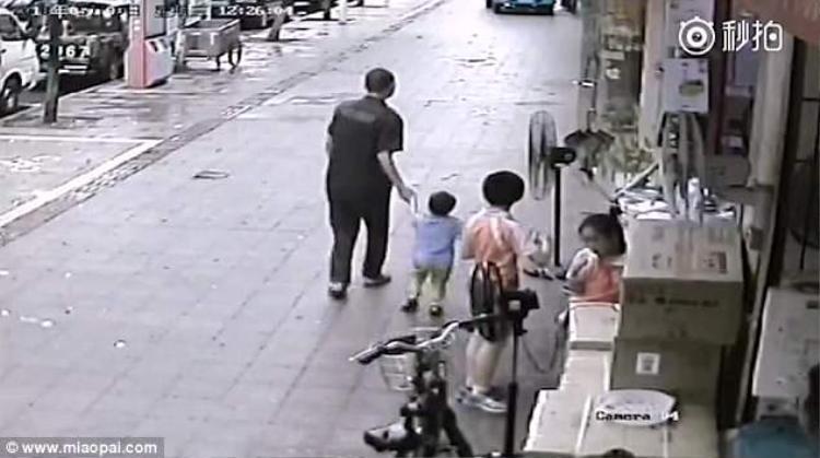 Kẻ lạ mặt thản nhiên dắt bé trai đi trước sự có mặt của bao nhiêu người.