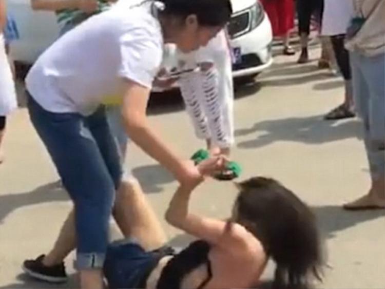 Người vợ yêu cầu làm rõ trắng đen khi bắt quả tang chồng đi với gái lạ ở sân bay. Ảnh minh họa.