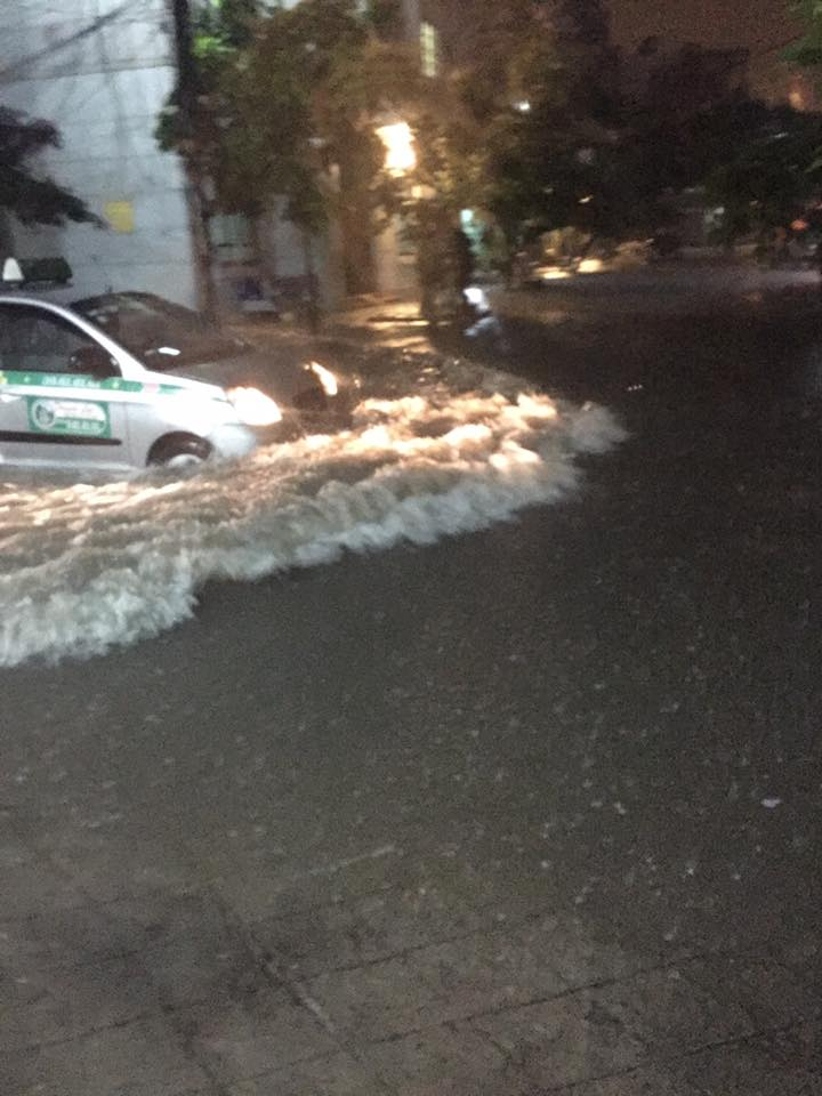 Tại khu vực Tây Hồ nước lên quá nửa bánh ô tô. Ảnh: Nguyễn Sơn.
