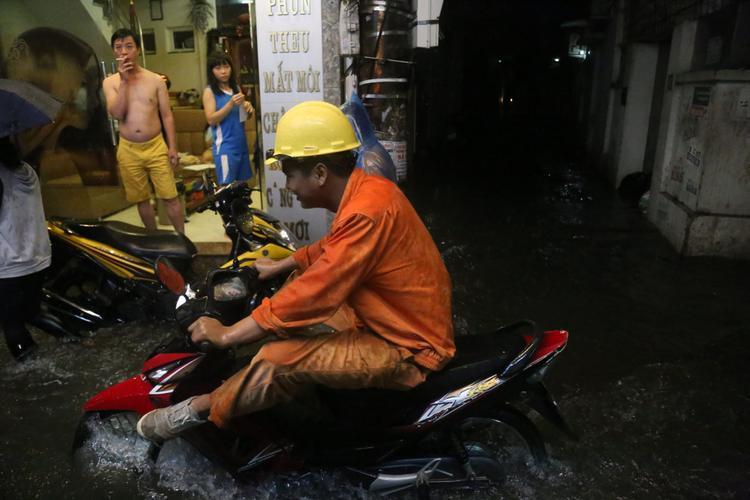 Đường phố Xuân Thủy (Cầu Giấy) cũng trong tình trạng ngập nước tương tự. Ảnh: Định Nguyễn.
