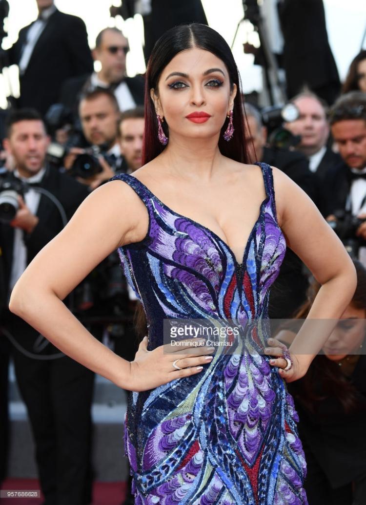 Ngôi sao hàng đầu Ấn Độ - Aishwarya Rai khoác trên mình bộ váy dài với hoa văn tinh tế, đặc trưng cho nét văn hóa xứ sở đa thần.