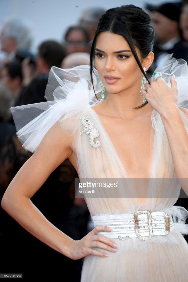"""Sau khi gây sốt vì lộ nhũ hoa trong ngày hôm qua,Kendall Jenner tiếp tục khoe """"hàng"""". Phải chăng đây là xu hướng?"""