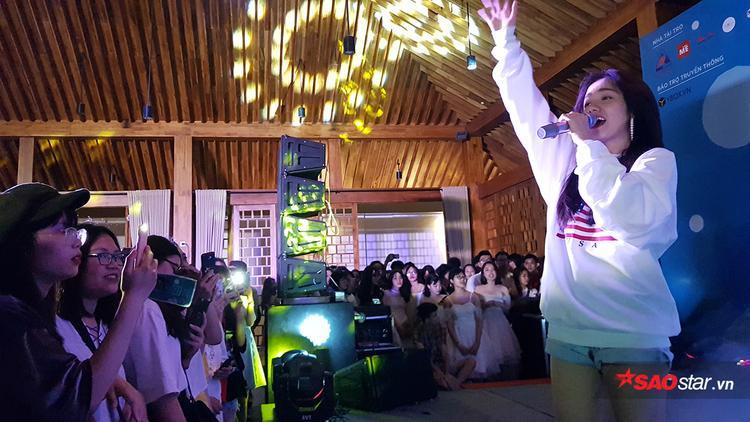 Nữ ca sĩ Phương Ly thổi bùng bầu không khí đêm dạ tiệc