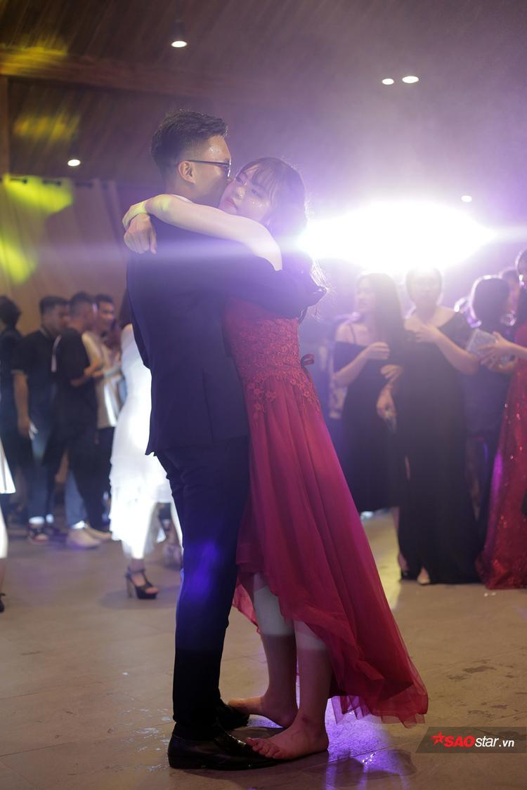 """""""Follow my steps"""" - chẳng cần phải nhảy đẹp, bạn nữ chỉ cần đứng lên chân bạn nam là cả hai đã có một điệu nhảy ấm áp, lãng mạn cùng nhau rồi."""