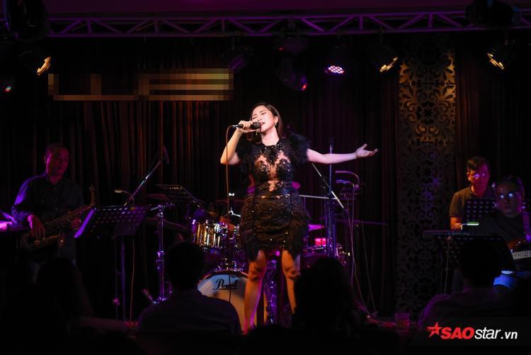 Với giọng hát ngọt ngào cao vút, nữ ca sĩ chiếm trọn tình cảm từ người hâm mộ.