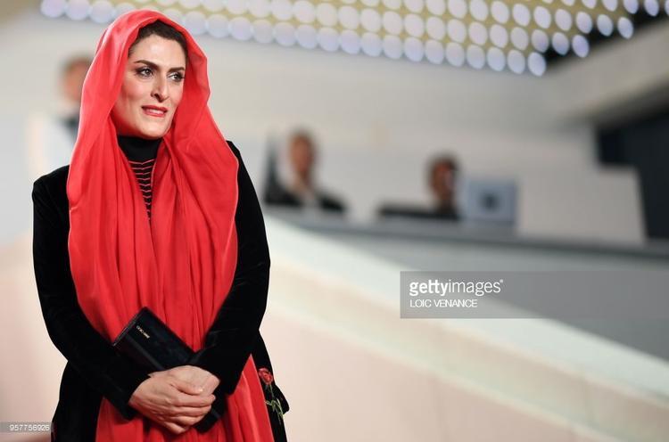 """Bộ trang phục của nữ diễn viênBehnaz Jafari khiến nhiều người liên tưởng đến nhân vật """"Cô bé quàng khăn đỏ""""."""