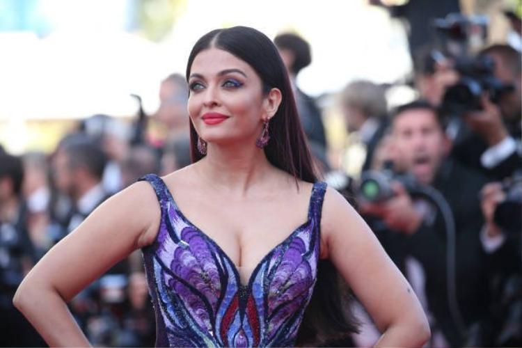 Chiếc đầm của Aishwarya có thiết kế khoét ngực gợi cảm nhưng điểm hút mắt nhất chính là phần tà váy dài thướt tha, ảo diệu và lộng lẫy như một bà hoàng khiến người nhìn không khỏi trầm trồ khen ngợi.Aishwarya chẳng cần diện trang sức cầu kỳ, làm tóc trang điểm lồng lộn bởi bản thân chiếc đầm đã đủ để tỏa ánh hào quang rồi!