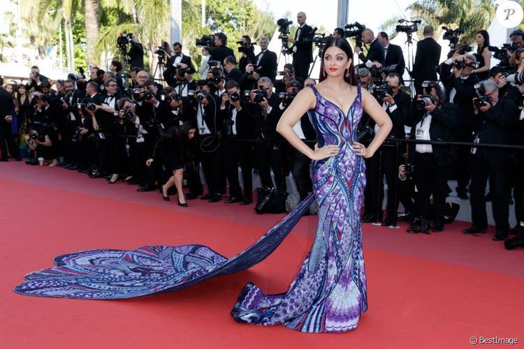 """Với chiếc đầm tuyệt đẹp này, Aishwarya Rai đã """"qua mặt"""" hết thảy các mỹ nhân khác trên thảm đỏ."""