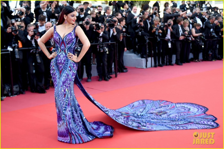"""""""Hoa hậu đẹp nhất thế giới"""" Aishwarya Rai diện đầm cánh bướm đẹp đến """"ná thở"""" trên thảm đỏ Cannes 2018 ngày thứ tư."""