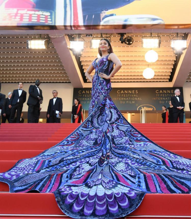 """Kể từ lần đầu tiên xuất hiện tại thảm đỏ Cannes năm 2002, """"Hoa hậu đẹp nhất mọi thời đại"""" Aishwarya Rai được xem là nữ diễn viên Ấn Độ đầu tiên được mời đến sự kiện điện ảnh danh giá nhất hành tinh này. Và ở mỗi lần xuất hiện, Cựu Hoa hậu Thế giới hầu như luôn cuốn hút mọi ánh nhìn bởi vẻ đẹp quá lộng lẫy, dù là trong trang phục truyền thống hay những bộ đầm hàng hiệu."""