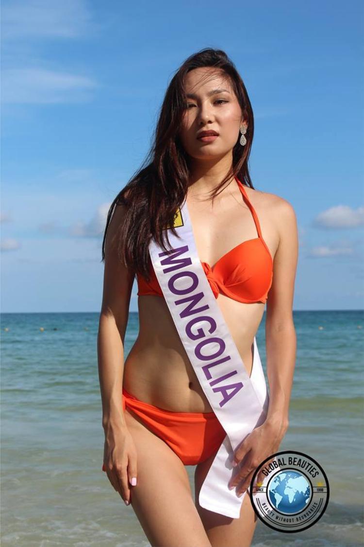Hoa hậu Mông Cổ không thể hiện được tinh thần khỏe khoắn khi diện bikini. Trông cô khá mệt mỏi, kém tươi.