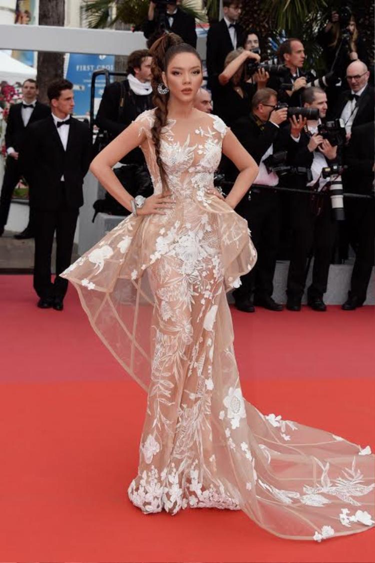 Hóa nàng báo đen kiều diễm, Lý Nhã Kỳ thu hút sự chú ý của khán giả khi xuất hiện tại liên hoan phim Cannes. Được biết, chỉ riêng phần make-up, nhuộm da đã tiêu tốn của người đẹp cùng e kíp hàng tiếng đồng hồ.