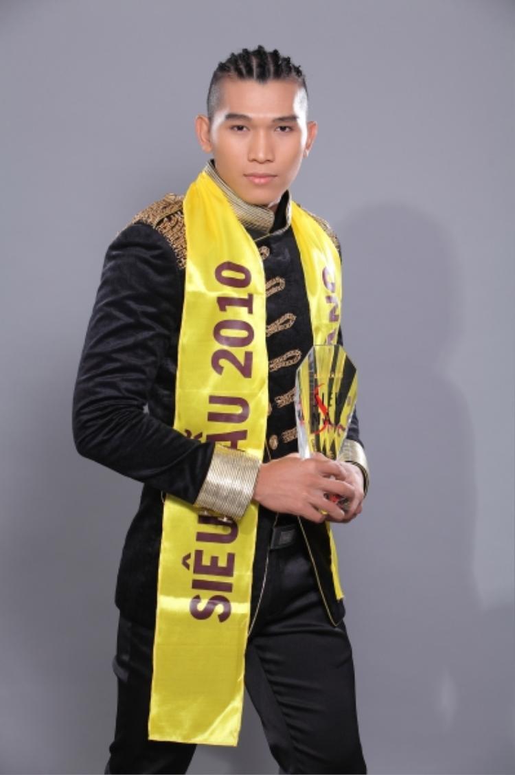 """Siêu mẫu Ngọc Tình là một trong những mẫu nam được nhiều người biết tới hiện nay. Giải Vàng Siêu mẫu Việt Nam 2010 giúp sự nghiệp của """"soái ca"""" họ Trương phất lên như diều gặp gió."""