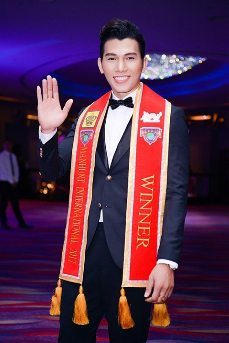 Giải vàng Siêu mẫu Việt Nam 2010 - Ngọc Tình đăng quang Manhunt International 2017. Trước đó vào năm 2016, anh từng đoạtgiải nhìNam vương Đại sứ hoàn cầu.