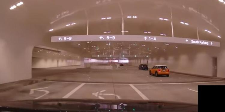 Những con số, biển chỉ dẫn làm nhiều người nhớ đến hình ảnh của sân bay.