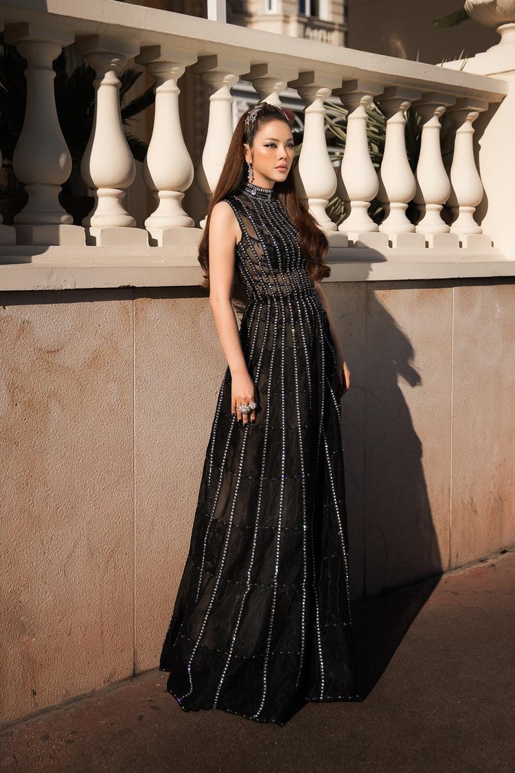 Bộ váy được thiết kế theo kiểu đầm xoè cổ điển, một vẻ đẹp nhẹ nhàng nhưng không kém phần cuốn hút.
