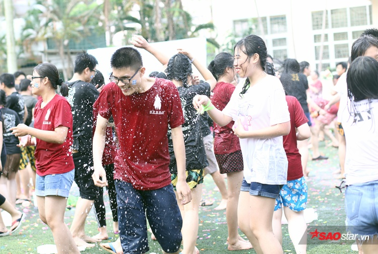 Teen cuối cấp Yên Hòa tưng bừng trong đại chiến bóng nước