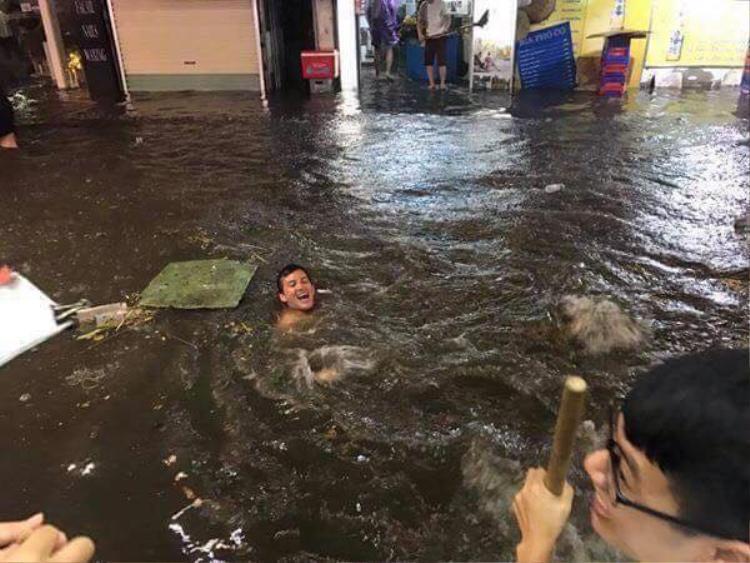 Anh Tây thích thú bơi lội.