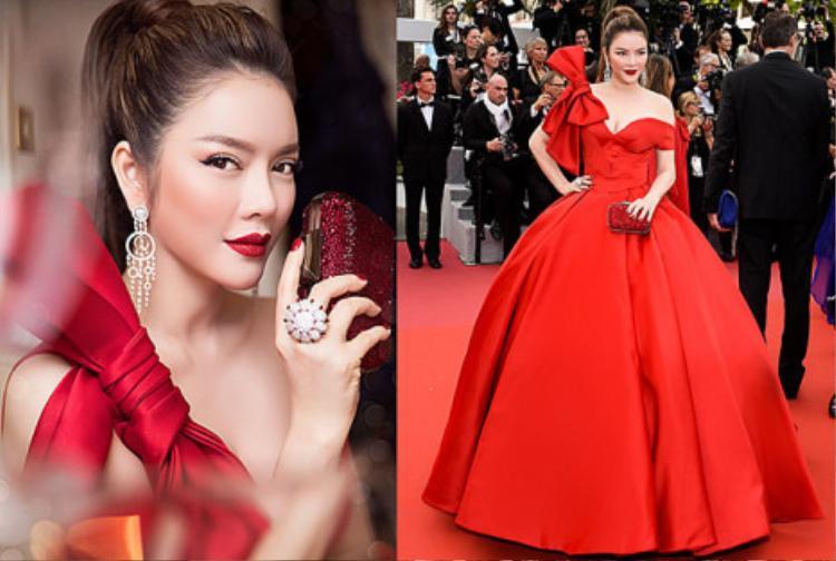 Vẻ kiêu kỳ của cô nàng trong ngày đầu tiên ở thảm đỏ Cannes được ví như vẻ đẹp của nàng Cinderella đi dự tiệc. Màu đỏ chói của đôi môi, móng tay, váy áo trên nước da trắng ngần thể hiện sự háo hức báo hiệu một mùa tiệc tùng sôi động bắt đầu. Đây cũng là sự xuất hiện đầy thông minh mà ekip đã chọn lựa giúp nhân vật của mình tỏa sáng.