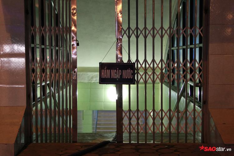 Do hầm bị ngập nên công nhân dọn vệ sinh buộc phải đăng biển để cảnh báo người dân có ý định sử dụng hầm qua đường.