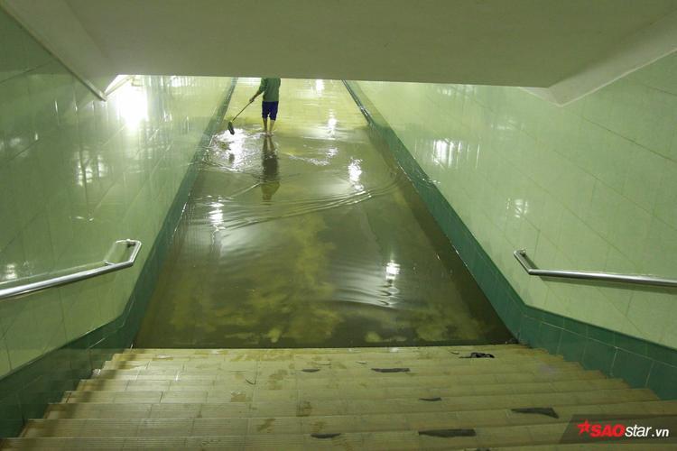 Trong hầm, công nhân dọn vệ sinh vẫn đang nỗ lực dọn dẹp.