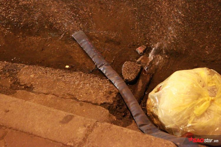 Nước trong hầm được bơm ra ngoài.