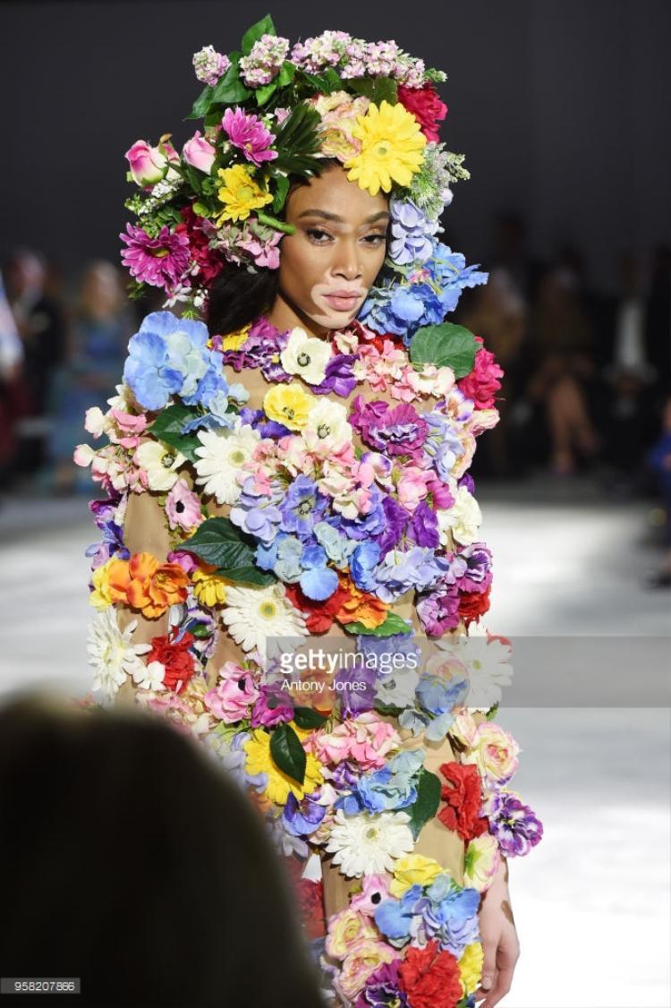 Winnie Harlow trong trang phục kết hợp nhiều bông hoa hết sức nổi bật và đẹp mắt