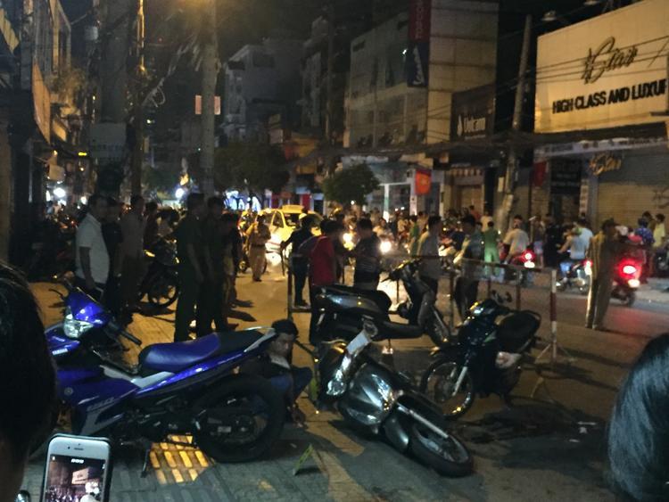 Nhiều người dân tập trung tại hiện trường vụ việc.