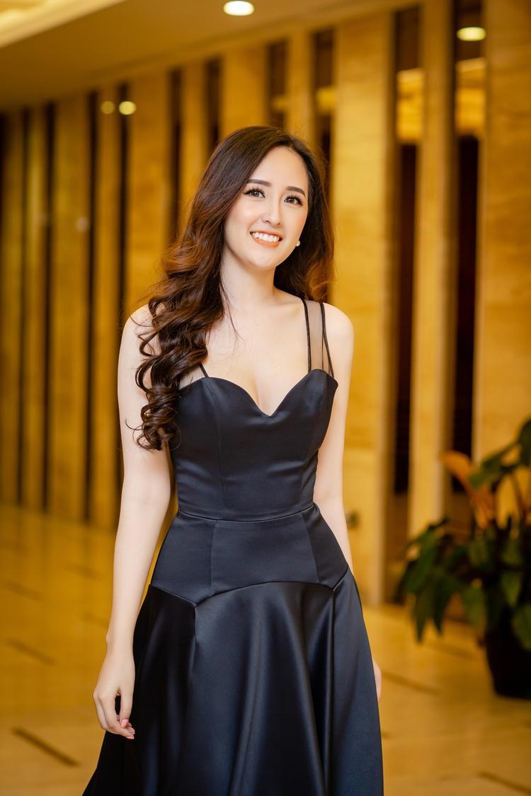 Chiếc váy dạ hội màu đen của NTK Minh Tú với thiết kế đơn giản nhưng vẫn tôn lên được vòng một đầy đặn cùng vóc dáng thanh mảnh của cô.