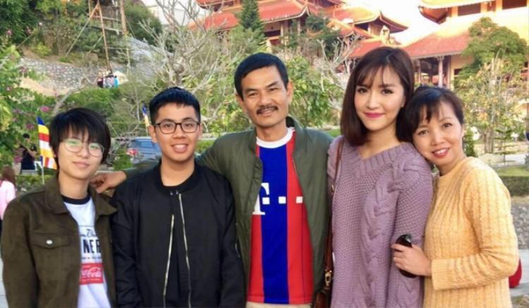 Bích Phương và mẹ trong bức ảnh chụp cùng gia đình.